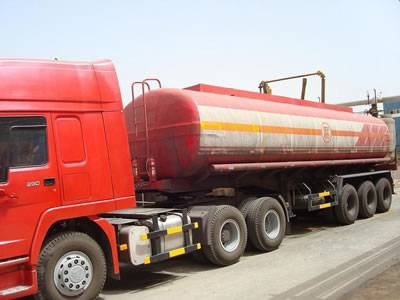 There is a FRP transportation tank storing corrosive medium.