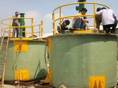 Workers are checking the FRP agitator tanks.